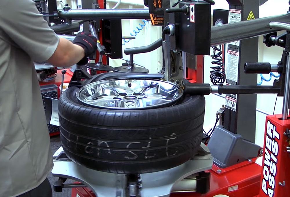 Работа с шиной на шиномонтажном станке Ranger R80DTXF